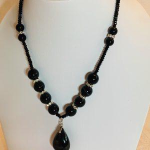 Halsband av agater med silver lås