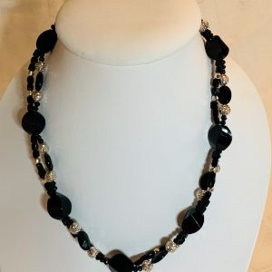 Halsband av svarta slipade agater
