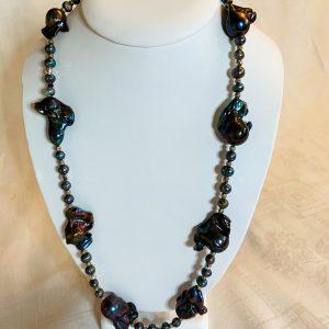Halsband av svarta barockpärlor