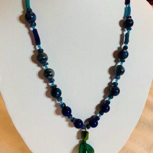 Halsband av Roman glas (antik glas), lapis kazuli och smaragd pendang