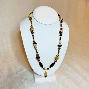 Halsband av jasper och roman glas (antik glas) silver lås samt hänge an jasper