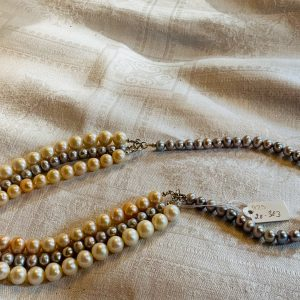 Pärlhalsband av odlade sötvattenspärlor