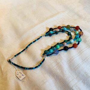 Halsband av små agater, pärlor av agat o rubyzosite
