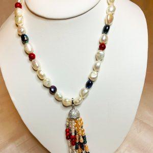 Halsband av små barockpärlor och en tofs av små odlade sötvattenspärlor