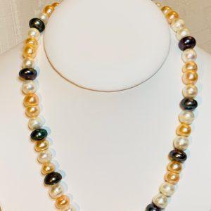 Pärlhalsband av platta svarta o naturfärgade odlade sötvattenspärlor