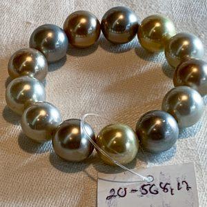 Armband av pärlor gjorda av pärlemo